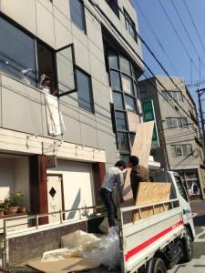 窓から搬入