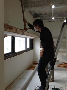 西側の窓を塞いでいる壁を撤去