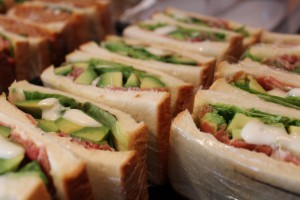 アボカドと生ハムとレタスのサンドイッチ