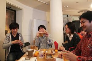 うれしそうに梅バーガーを食す宮脇編集長(中央)