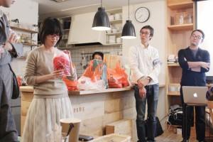 それぞれ買ってきたパンを紹介する編集部員たち